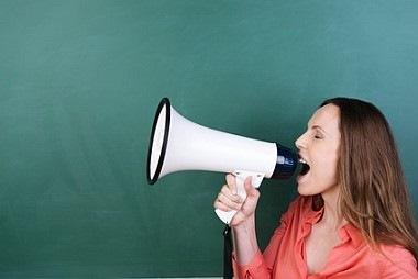 Lehrerin mit Megaphone, Streik