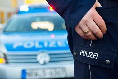 Polizeiauto und Polizist