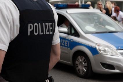 Polizist steht vor Demo