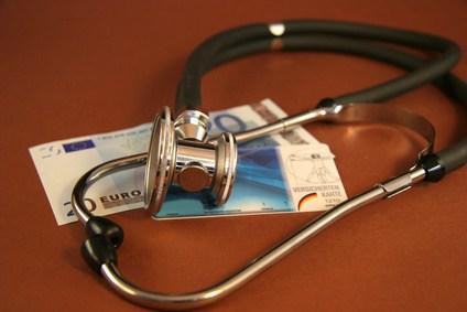 Stethoskopliegt auf Krankenkarte