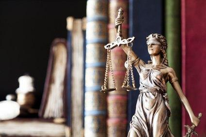 Justitia vor einem Bücherregal; Bild: sebra - Fotolia