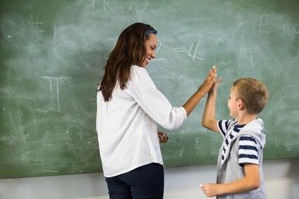 Lehrerin gibt Schüler Highfive