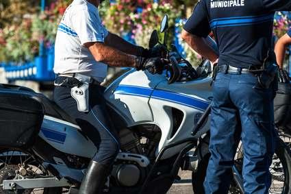 Polizist sitzt auf Motorad