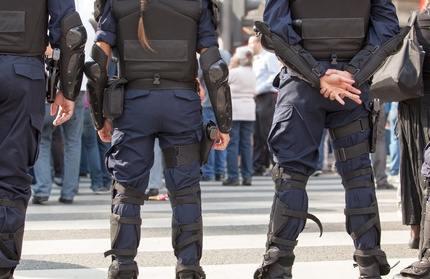 Polizisten bilden eine Mauer