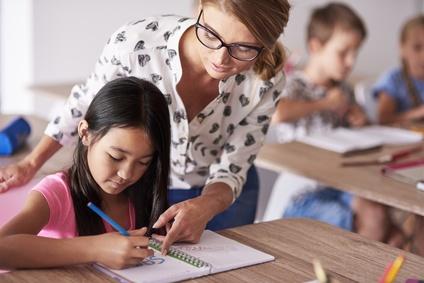 Lehrerin hilft Schülern bei den Hausaufgaben