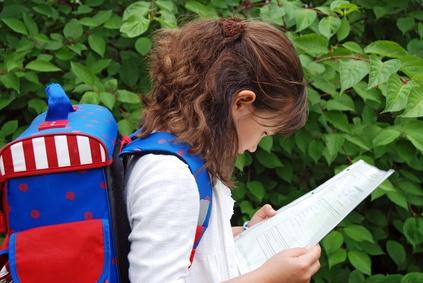 Mädchen schaut sich die Klassenarbeit an