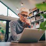 ältere Frau vor dem Laptop