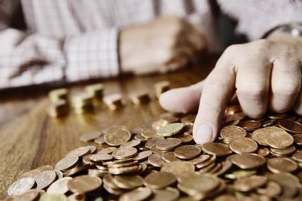 Älterer Mann zählt Münzen