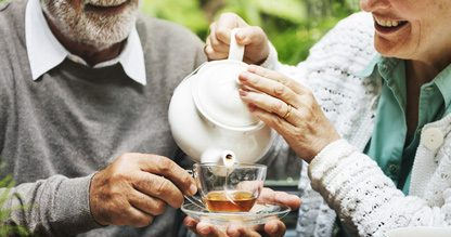 Älteres Ehepaar trinkt Tee