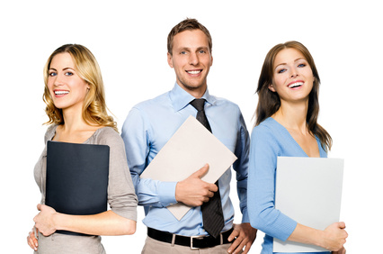 3 Personen mit Mappe