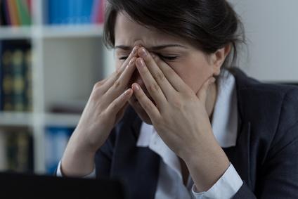 Frau mit Kopfschmerzen, Burnout Lehrerin