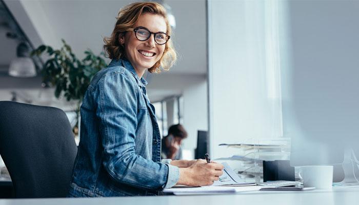Frau arbeitet am Schreibtisch