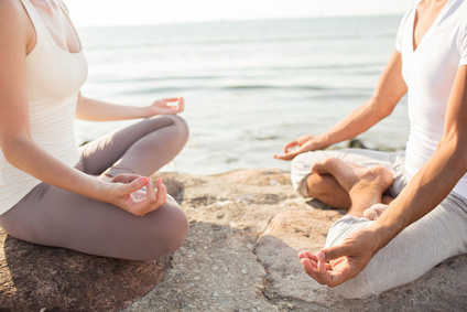 Frau und Mann meditieren