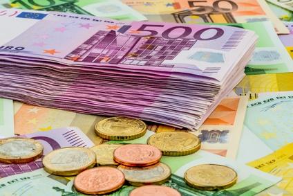 viele verschiedene Euro Münzen und Scheine