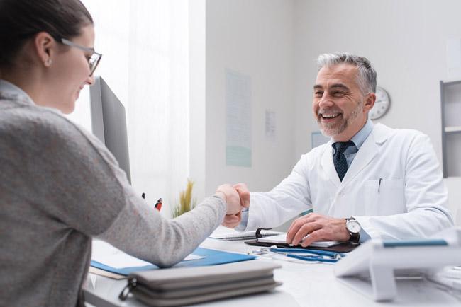 Hausarzt und Patientin