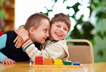 Fröhliche Kinder Behinderung Inklusion Schule