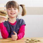 Kind freut sich ber viel Geld