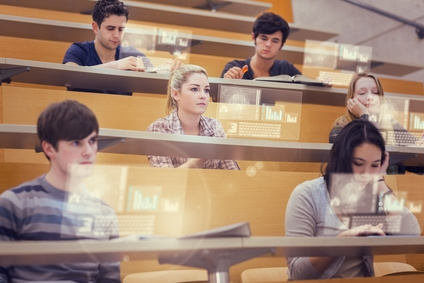 Studierende im Hörsaal hören konzentriert zu