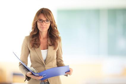 Lächelnde Lehrerin vor der Schultafel