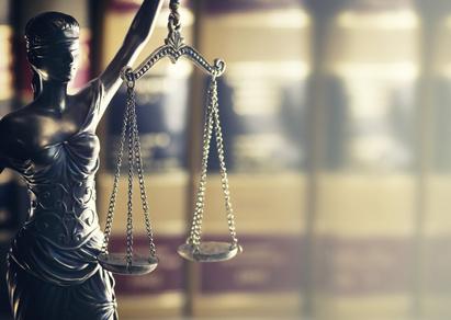 Rechtsgesetz Konzept Bild: Justitia und Rechtsbücher