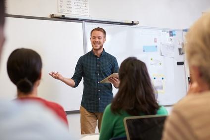 Lehrer steht vor Schulklasse
