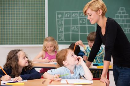 Gespräch zwischen lehrerin und Schülern