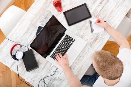 Junger Mann arbeitet am Notebook