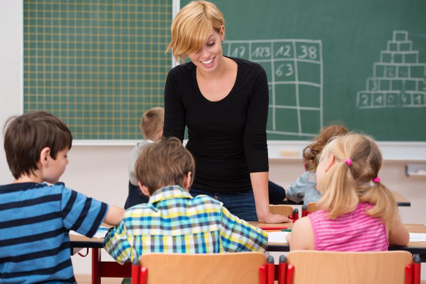 Junge Referendarin in der Schulklasse