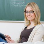 freundliche Referendarin macht pause mit tablet