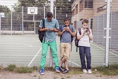 Schueler mit Smartphone