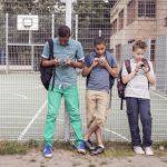 Schüler mit Smartphones
