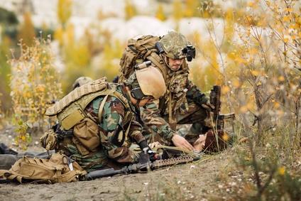 Sanitäter hilft verwunderen Soldaten