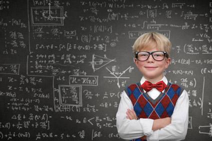Talentierter und begabter Schüler steht vor einer Tafel